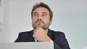 Κλείστε επάνω της σκεπτικής σκέψης επιχειρηματιών στην εργασία φιλμ μικρού μήκους
