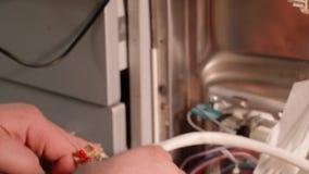 Κλείστε επάνω της συγκέντρωσης του πλυντηρίου πιάτων μετά από να επισκευάσει τα detailes του απόθεμα βίντεο