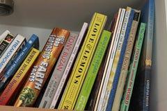 Κλείστε επάνω της συλλογής βιβλίων σε ένα ράφι Στοκ Φωτογραφία