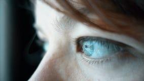 Κλείστε επάνω της όμορφης γυναίκας με τα μπλε μάτια που φαίνεται έξω το παράθυρο, σε αργή κίνηση απόθεμα βίντεο