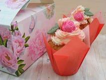 Κλείστε επάνω της όμορφης εικόνας άνοιξη τριαντάφυλλων cupcakes στο shabby υπόβαθρο στοκ εικόνα με δικαίωμα ελεύθερης χρήσης