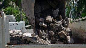Κλείστε επάνω της digger σέσουλας που λειτουργεί στο εργοτάξιο οικοδομής φιλμ μικρού μήκους
