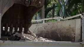 Κλείστε επάνω της digger σέσουλας που λειτουργεί στο εργοτάξιο οικοδομής απόθεμα βίντεο