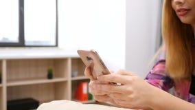 Κλείστε επάνω της unrecognisable γυναίκας χρησιμοποιώντας ένα smartphone φιλμ μικρού μήκους