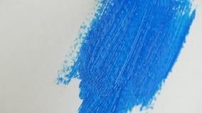 Κλείστε επάνω τη βούρτσα χρωμάτων καλλιτεχνών που χρωματίζει μια ζωγραφική με το όμορφο μπλε χρώμα απόθεμα βίντεο