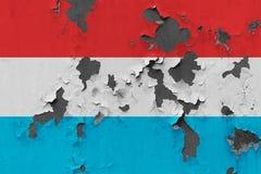 Κλείστε επάνω τη βρώμικη, χαλασμένη και ξεπερασμένη λουξεμβούργια σημαία στην αποφλοίωση τοίχων από το χρώμα για να δείτε την εσω στοκ φωτογραφίες με δικαίωμα ελεύθερης χρήσης