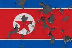 Κλείστε επάνω τη βρώμικη, χαλασμένη και ξεπερασμένη σημαία Βόρεια Κορεών στην αποφλοίωση τοίχων από το χρώμα για να δείτε την εσω στοκ φωτογραφία με δικαίωμα ελεύθερης χρήσης