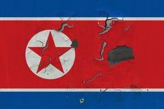 Κλείστε επάνω τη βρώμικη, χαλασμένη και ξεπερασμένη σημαία Βόρεια Κορεών στην αποφλοίωση τοίχων από το χρώμα για να δείτε την εσω στοκ εικόνες με δικαίωμα ελεύθερης χρήσης