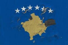 Κλείστε επάνω τη βρώμικη, χαλασμένη και ξεπερασμένη σημαία Κοσόβου στην αποφλοίωση τοίχων από το χρώμα για να δείτε την εσωτερική στοκ φωτογραφία με δικαίωμα ελεύθερης χρήσης