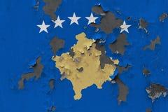 Κλείστε επάνω τη βρώμικη, χαλασμένη και ξεπερασμένη σημαία Κοσόβου στην αποφλοίωση τοίχων από το χρώμα για να δείτε την εσωτερική στοκ εικόνες με δικαίωμα ελεύθερης χρήσης