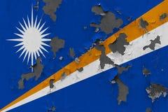 Κλείστε επάνω τη βρώμικη, χαλασμένη και ξεπερασμένη σημαία Νησιών Μάρσαλ στην αποφλοίωση τοίχων από το χρώμα για να δείτε την εσω στοκ εικόνα με δικαίωμα ελεύθερης χρήσης
