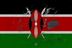 Κλείστε επάνω τη βρώμικη, χαλασμένη και ξεπερασμένη σημαία της Κένυας στην αποφλοίωση τοίχων από το χρώμα για να δείτε την εσωτερ στοκ φωτογραφία με δικαίωμα ελεύθερης χρήσης