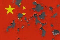 Κλείστε επάνω τη βρώμικη, χαλασμένη και ξεπερασμένη σημαία της Κίνας στην αποφλοίωση τοίχων από το χρώμα για να δείτε την εσωτερι στοκ φωτογραφία
