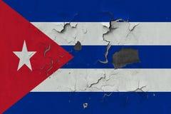 Κλείστε επάνω τη βρώμικη, χαλασμένη και ξεπερασμένη σημαία της Κούβας στην αποφλοίωση τοίχων από το χρώμα για να δείτε την εσωτερ στοκ φωτογραφίες