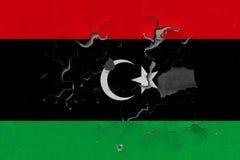 Κλείστε επάνω τη βρώμικη, χαλασμένη και ξεπερασμένη σημαία της Λιβύης στην αποφλοίωση τοίχων από το χρώμα για να δείτε την εσωτερ στοκ φωτογραφίες