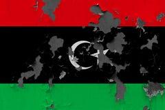 Κλείστε επάνω τη βρώμικη, χαλασμένη και ξεπερασμένη σημαία της Λιβύης στην αποφλοίωση τοίχων από το χρώμα για να δείτε την εσωτερ στοκ φωτογραφία