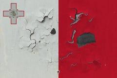 Κλείστε επάνω τη βρώμικη, χαλασμένη και ξεπερασμένη σημαία της Μάλτας στην αποφλοίωση τοίχων από το χρώμα για να δείτε την εσωτερ στοκ φωτογραφίες με δικαίωμα ελεύθερης χρήσης