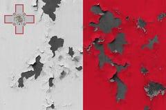 Κλείστε επάνω τη βρώμικη, χαλασμένη και ξεπερασμένη σημαία της Μάλτας στην αποφλοίωση τοίχων από το χρώμα για να δείτε την εσωτερ στοκ φωτογραφία με δικαίωμα ελεύθερης χρήσης
