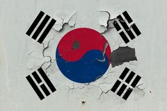 Κλείστε επάνω τη βρώμικη, χαλασμένη και ξεπερασμένη σημαία της Νότιας Κορέας στην αποφλοίωση τοίχων από το χρώμα για να δείτε την στοκ εικόνα