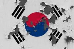 Κλείστε επάνω τη βρώμικη, χαλασμένη και ξεπερασμένη σημαία της Νότιας Κορέας στην αποφλοίωση τοίχων από το χρώμα για να δείτε την στοκ εικόνα με δικαίωμα ελεύθερης χρήσης
