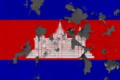 Κλείστε επάνω τη βρώμικη, χαλασμένη και ξεπερασμένη σημαία της Καμπότζης στην αποφλοίωση τοίχων από το χρώμα για να δείτε την εσω στοκ εικόνες με δικαίωμα ελεύθερης χρήσης