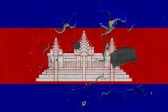 Κλείστε επάνω τη βρώμικη, χαλασμένη και ξεπερασμένη σημαία της Καμπότζης στην αποφλοίωση τοίχων από το χρώμα για να δείτε την εσω στοκ εικόνα