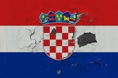 Κλείστε επάνω τη βρώμικη, χαλασμένη και ξεπερασμένη σημαία της Κροατίας στην αποφλοίωση τοίχων από το χρώμα για να δείτε την εσωτ στοκ εικόνες