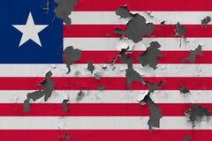 Κλείστε επάνω τη βρώμικη, χαλασμένη και ξεπερασμένη σημαία της Λιβερίας στην αποφλοίωση τοίχων από το χρώμα για να δείτε την εσωτ στοκ εικόνα