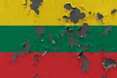 Κλείστε επάνω τη βρώμικη, χαλασμένη και ξεπερασμένη σημαία της Λιθουανίας στην αποφλοίωση τοίχων από το χρώμα για να δείτε την εσ στοκ φωτογραφία με δικαίωμα ελεύθερης χρήσης