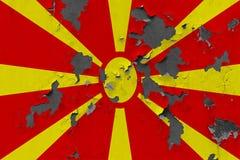Κλείστε επάνω τη βρώμικη, χαλασμένη και ξεπερασμένη σημαία της Μακεδονίας στην αποφλοίωση τοίχων από το χρώμα για να δείτε την εσ στοκ φωτογραφίες