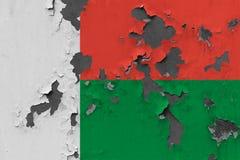 Κλείστε επάνω τη βρώμικη, χαλασμένη και ξεπερασμένη σημαία της Μαδαγασκάρης στην αποφλοίωση τοίχων από το χρώμα για να δείτε την  στοκ εικόνες