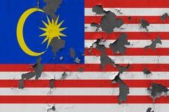 Κλείστε επάνω τη βρώμικη, χαλασμένη και ξεπερασμένη σημαία της Μαλαισίας στην αποφλοίωση τοίχων από το χρώμα για να δείτε την εσω στοκ εικόνες