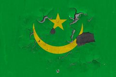 Κλείστε επάνω τη βρώμικη, χαλασμένη και ξεπερασμένη σημαία της Μαυριτανίας στην αποφλοίωση τοίχων από το χρώμα για να δείτε την ε στοκ εικόνα