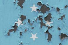 Κλείστε επάνω τη βρώμικη, χαλασμένη και ξεπερασμένη σημαία της Μικρονησίας στην αποφλοίωση τοίχων από το χρώμα για να δείτε την ε στοκ φωτογραφίες με δικαίωμα ελεύθερης χρήσης