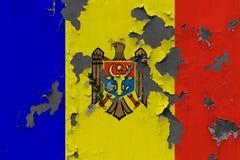 Κλείστε επάνω τη βρώμικη, χαλασμένη και ξεπερασμένη σημαία της Μολδαβίας στην αποφλοίωση τοίχων από το χρώμα για να δείτε την εσω στοκ φωτογραφία με δικαίωμα ελεύθερης χρήσης