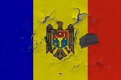 Κλείστε επάνω τη βρώμικη, χαλασμένη και ξεπερασμένη σημαία της Μολδαβίας στην αποφλοίωση τοίχων από το χρώμα για να δείτε την εσω στοκ εικόνες με δικαίωμα ελεύθερης χρήσης