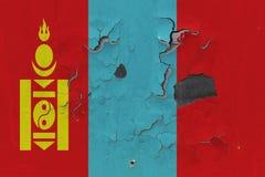 Κλείστε επάνω τη βρώμικη, χαλασμένη και ξεπερασμένη σημαία της Μογγολίας στην αποφλοίωση τοίχων από το χρώμα για να δείτε την εσω στοκ εικόνες