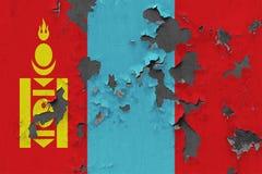 Κλείστε επάνω τη βρώμικη, χαλασμένη και ξεπερασμένη σημαία της Μογγολίας στην αποφλοίωση τοίχων από το χρώμα για να δείτε την εσω στοκ φωτογραφίες