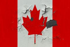 Κλείστε επάνω τη βρώμικη, χαλασμένη και ξεπερασμένη σημαία του Καναδά στην αποφλοίωση τοίχων από το χρώμα για να δείτε την εσωτερ στοκ εικόνες με δικαίωμα ελεύθερης χρήσης