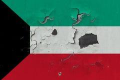 Κλείστε επάνω τη βρώμικη, χαλασμένη και ξεπερασμένη σημαία του Κουβέιτ στην αποφλοίωση τοίχων από το χρώμα για να δείτε την εσωτε στοκ φωτογραφίες με δικαίωμα ελεύθερης χρήσης
