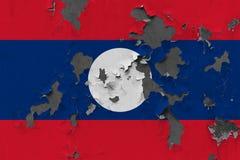 Κλείστε επάνω τη βρώμικη, χαλασμένη και ξεπερασμένη σημαία του Λάος στην αποφλοίωση τοίχων από το χρώμα για να δείτε την εσωτερικ στοκ εικόνες με δικαίωμα ελεύθερης χρήσης