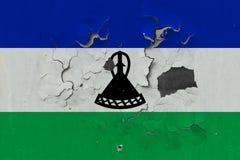 Κλείστε επάνω τη βρώμικη, χαλασμένη και ξεπερασμένη σημαία του Λεσόθο στην αποφλοίωση τοίχων από το χρώμα για να δείτε την εσωτερ στοκ φωτογραφίες με δικαίωμα ελεύθερης χρήσης