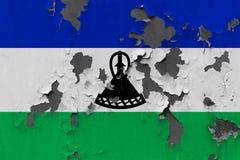 Κλείστε επάνω τη βρώμικη, χαλασμένη και ξεπερασμένη σημαία του Λεσόθο στην αποφλοίωση τοίχων από το χρώμα για να δείτε την εσωτερ στοκ εικόνες