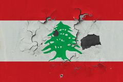 Κλείστε επάνω τη βρώμικη, χαλασμένη και ξεπερασμένη σημαία του Λιβάνου στην αποφλοίωση τοίχων από το χρώμα για να δείτε την εσωτε στοκ εικόνα με δικαίωμα ελεύθερης χρήσης