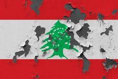 Κλείστε επάνω τη βρώμικη, χαλασμένη και ξεπερασμένη σημαία του Λιβάνου στην αποφλοίωση τοίχων από το χρώμα για να δείτε την εσωτε στοκ φωτογραφία