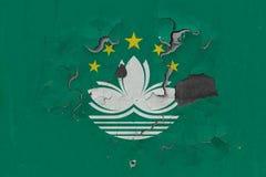 Κλείστε επάνω τη βρώμικη, χαλασμένη και ξεπερασμένη σημαία του Μακάου στην αποφλοίωση τοίχων από το χρώμα για να δείτε την εσωτερ στοκ φωτογραφίες