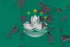 Κλείστε επάνω τη βρώμικη, χαλασμένη και ξεπερασμένη σημαία του Μακάου στην αποφλοίωση τοίχων από το χρώμα για να δείτε την εσωτερ στοκ εικόνες