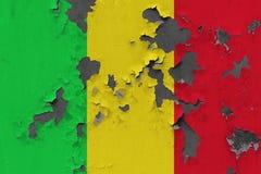 Κλείστε επάνω τη βρώμικη, χαλασμένη και ξεπερασμένη σημαία του Μαλί στην αποφλοίωση τοίχων από το χρώμα για να δείτε την εσωτερικ στοκ φωτογραφία