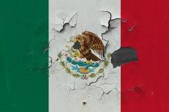 Κλείστε επάνω τη βρώμικη, χαλασμένη και ξεπερασμένη σημαία του Μεξικού στην αποφλοίωση τοίχων από το χρώμα για να δείτε την εσωτε στοκ φωτογραφίες με δικαίωμα ελεύθερης χρήσης