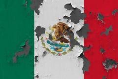 Κλείστε επάνω τη βρώμικη, χαλασμένη και ξεπερασμένη σημαία του Μεξικού στην αποφλοίωση τοίχων από το χρώμα για να δείτε την εσωτε στοκ φωτογραφία με δικαίωμα ελεύθερης χρήσης